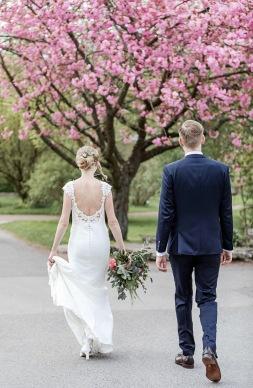 Bröllopsfotografering i botaniska trädgården i göteborg under körsbärsblomningen. Bröllopsfotograf Åsa Lännerström
