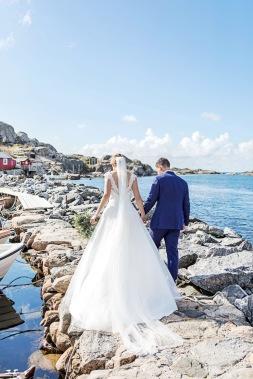 Bröllopsfotografering på klippor vid havet på Hönö/Öckerö. Bröllopsfotograf Åsa Lännerström