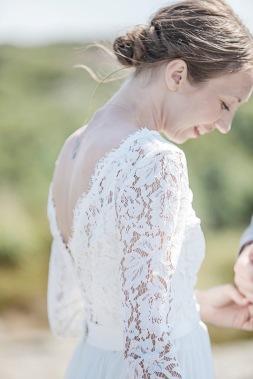 Bröllopsfotografering på klipporna på Björkö, bröllopsklänningsdetalj. Bröllopsfotograf Åsa Lännerström