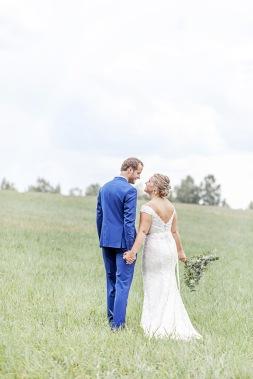 bröllopsfotografering på en äng, sensommar. eukalyptus i brudbuketten. Uddetorps säteri. Bröllopsfotograf Åsa Lännerström