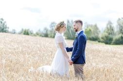 bröllopsfotografering i vetefält vid Uddetorps säteri. Esther Franke bröllopsklänning. Sensommarbröllop. Bröllopsotograf Åsa Lännerström