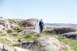 Bröllopsfotografering på klipporna vid havet i Lysekil. Bröllopsfotograf Åsa Lännerström