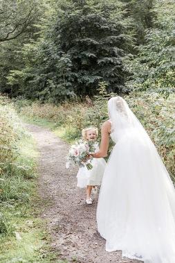 Bröllopsfotografering i särö västerskog, dotter springer till sin mamma. Bröllopsfotograf Åsa Lännerström