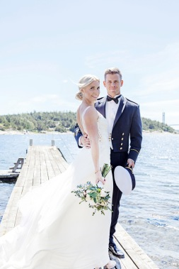 Bröllopsfotografering på en brygga vid vattnet på stenungsön, stenungsund. Bröllopsfotograf Åsa Lännerström