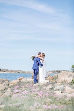 Bröllopsfotografering på klipporna vid havet i Fjällbacka. Bröllopsfotograf Åsa Lännerström