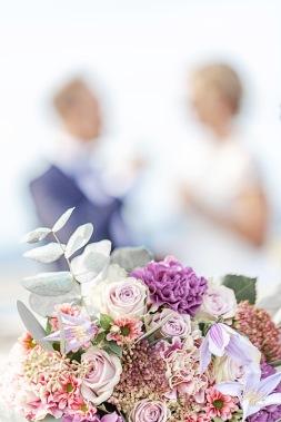 Brudbukett brudpar i bakgrunden, vid långedrags värdshus i göteborg: Bröllopsfotograf Åsa Lännerström