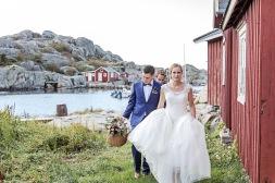 Brudpar i skärgården på Hönö/Öckerö. Bröllopsfotograf Åsa Lännerström
