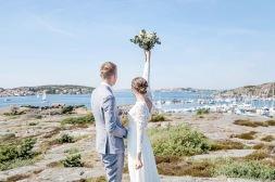 Bröllopsfotografering på klipporna vid havet på Björkö i göteborgs skärgård. Bröllopsfotograf Åsa Lännerström