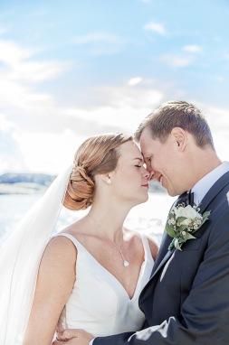 Brudpar porträttfotografering på marstrand vid havet och klipporna. Bröllopsfotograf Åsa Lännerström
