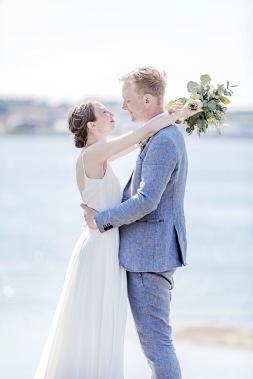 Bröllopsfotografering på klipporna vid havet på Björkö i göteborgs norra skärgård. Bröllopsfotograf Åsa Lännerström