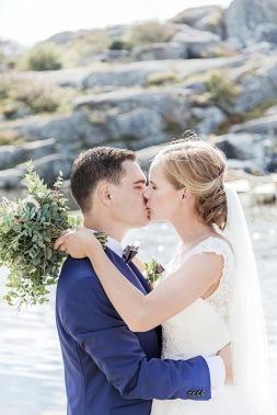 brudpar kyss i skärgården på klipporna vid havet på Hönö/öckerö. Bröllopsfotograf Åsa Lännerström