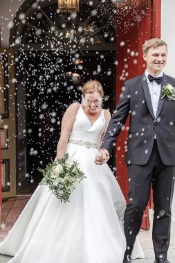 Nygifta i riskastning utanför marstrands kyrka. Bröllopsfotograf Åsa Lännerström