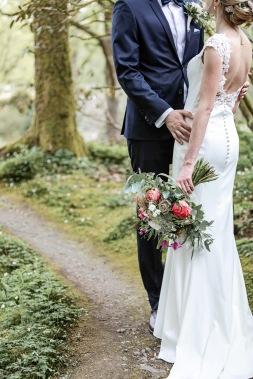 Bröllopsfotografering i slottskogen i göteborg med vitsippor. Bröllopsfotograf Åsa Lännerström