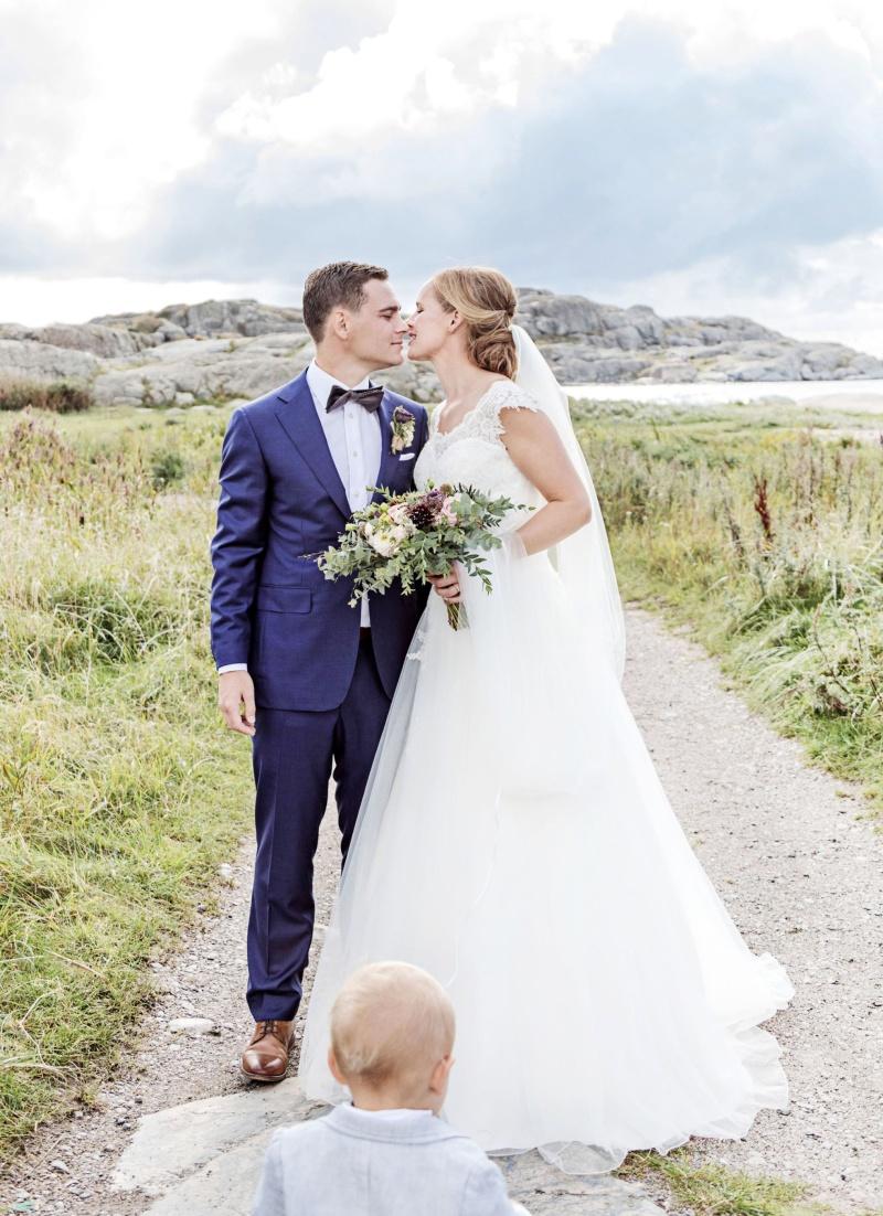 Bröllopspar på klipporna vid havet  på Hönö. Bröllopsfotograf Åsa Lännerström