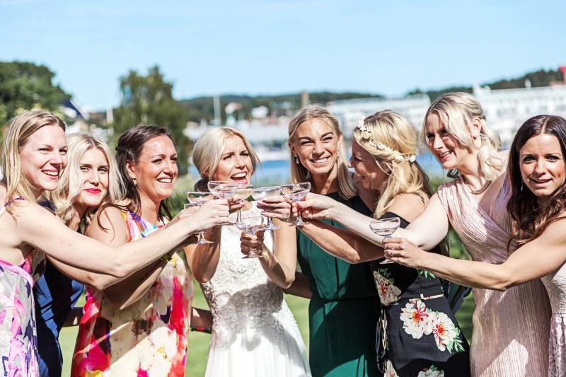 Bruden skålar tillsammans med sina vänninor. Bröllopsfotograf Åsa Lännerström