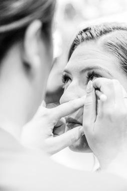 Brud sminkas innan vigsel. Bröllopsfotograf Åsa Lännerström