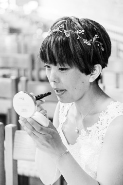 Brud sminkar sig just innan vigsel, svartvit bild. Bröllopsfotograf Åsa Lännerström