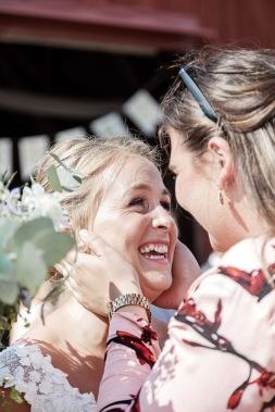 Bröllopsgratulationer efter vigseln på uddetorps säteri. Bröllopsfotograf Åsa Lännerström