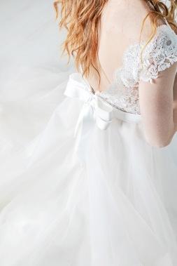 Bröllopsklänning ivory & grace med tyll och spets detaljer, rosett baktill. Bröllopsfotograf Åsa Lännerström