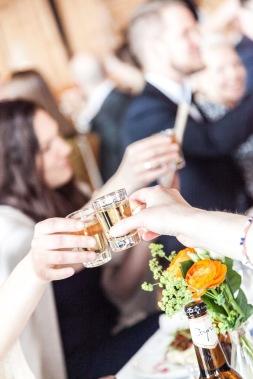 Skålar på bröllopsfest på Isbolaget Donsö.