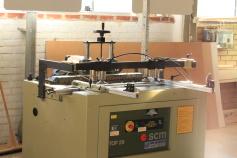 Vi har all utrustning för produktion av mindre möbelserier.