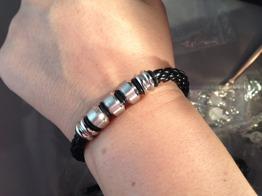 Armband i flätat läder med ståldetaljer -
