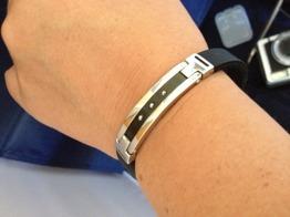 Armband i gummi med platta i stål