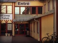 Gå in i entrén vid Falu Tennisklubb.