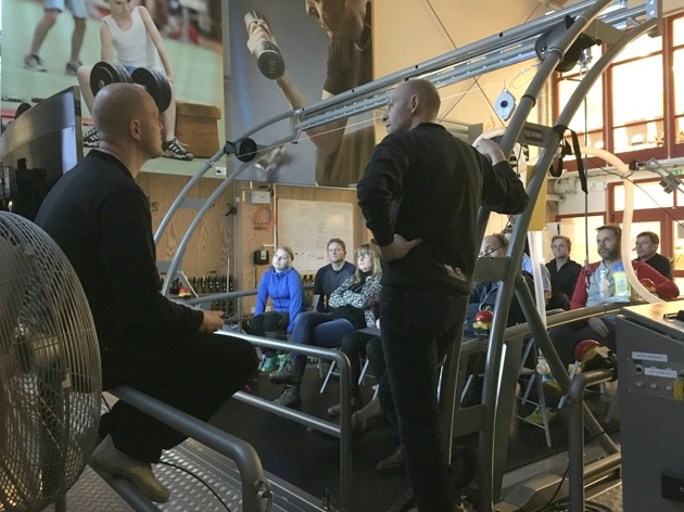 Junior- och seniortränarna bänkade sig på det stora rullbandet för att ta del av information om forskning och testverksamhet vid Högskolan Dalarnas Idrottslaboratorium, LIVI.