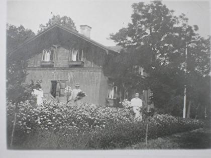 Gula Huset var vid sekelskiftet brunmålat med mörkbruna detaljer