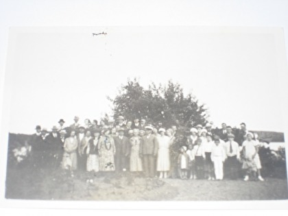 Uppställning för den sedvanliga gruppfotografering vid midsommarfirandet