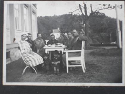 Fikastund framför Gula Huset någongång på 40 talet