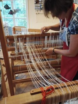 Textilverkstaden väver trasmattor, broderar bonader, tovar sittunderlägg och andra vackra föremål