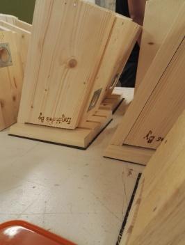 Fågelholkar är Snickeriets främsta produkt. Alla delar av produktionen är uppdelad för attöka självständigheten och delaktigheten i tillverkningen