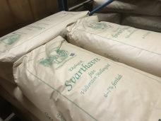 Ekolgisk svarthavre av sorten Stormogul säls i 25 kg säck eller storsäck ca 700 kg.