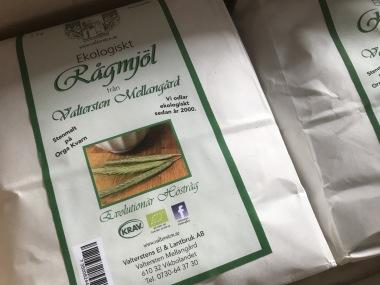 """Nu har vi även rågmjöl till försäljning av en kultursort. evolutionär höstråg """"Fulltofta"""" vår första skörd 2019 blev väldigt fin. Det är ett grovt fullkornsmjöl, stenmalt på Orga kvarn. Mjölet passar bra till surdeg och skållat rågbröd. 1,5 kg 35 kr. Skickar också över hela landet. Minst 2 påsar, 3 kg 150 kr inkl frakt."""