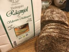 RECEPT  med vårt stenmalda fullkornsmjöl av råg kommer att läggas in på hemsidan snart. Det passar bra till surdeg och skållat rågbröd.