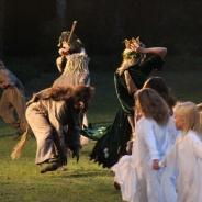 Trollen rustar för bröllop och ställer till med dans i bergets sal
