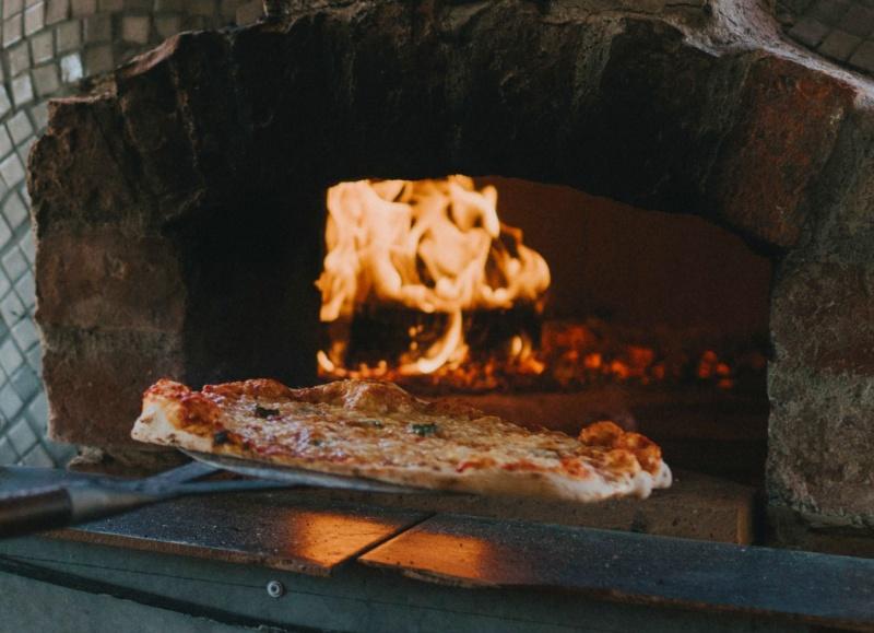 Stenugnsbakad Napolitansk Pizza i vedelad stenugn - Byaregårdens Brygghusktsmål Varberg, Halland