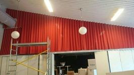 Stor gardin ovanför vikväggen