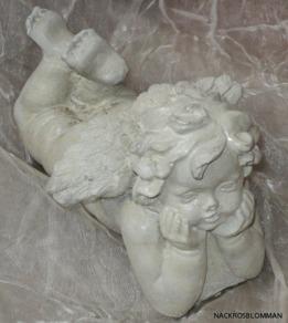 Ängeln skulptor i cement pris 95 kr.