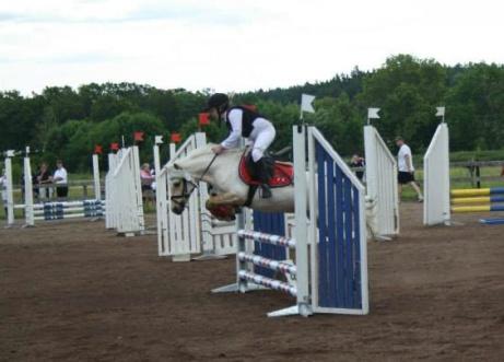 Phona och Emilia hoppar på Udden!