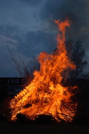 Vilken härlig brasa vi hade! Tack tappra brandvakter Håkan, Pavel och Rigge för att ni gjorde det möjligt för ett par hundra vuxna och barn att  fira Valborg på Fjärilstigen!