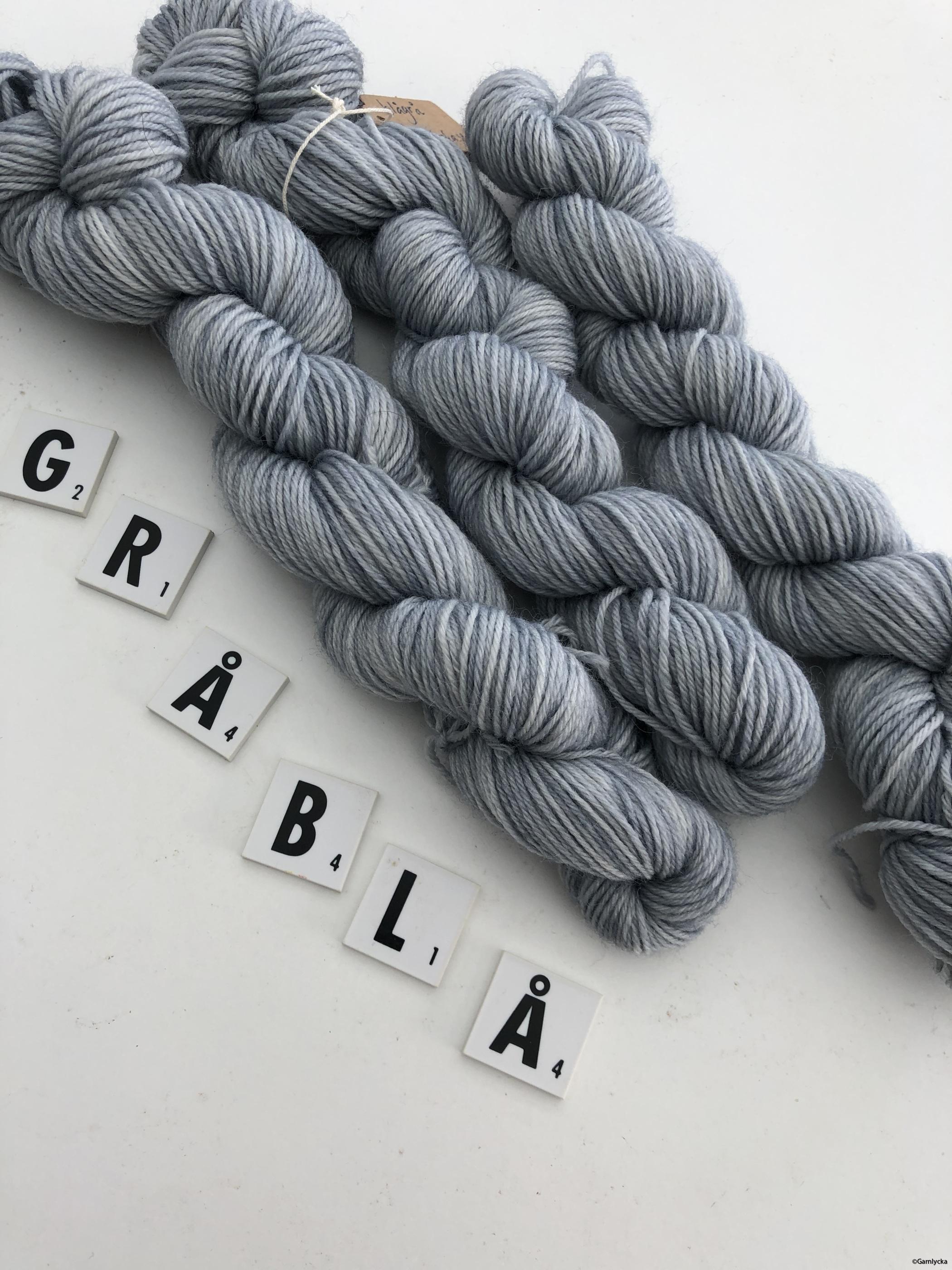 gråblå