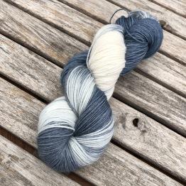 Blågrå/vit sockgarn - blågrå sock