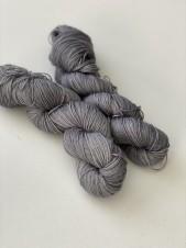 grey. sockgarn