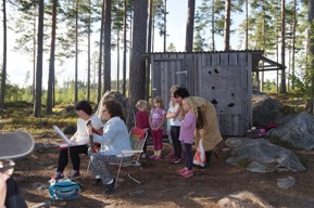 Bella och barnen körar bakom Maria och Petra med Idas Sommarvisa, under lek- och visafton som var sommarens sista festlighet 2013.