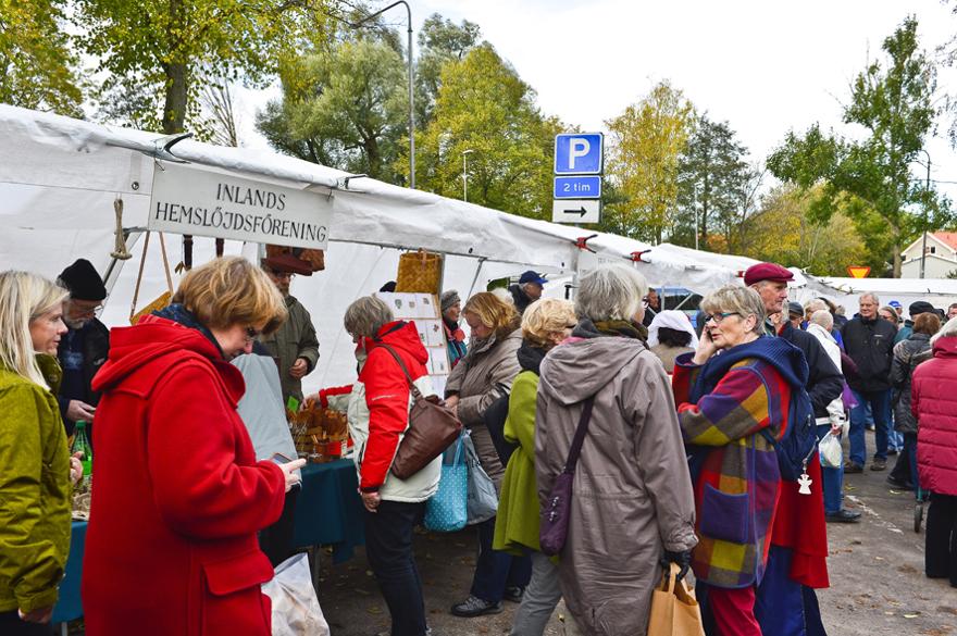 Trots att det var lite kyligt var det mycket folk på marknaden. Foto: Bo Ericsson