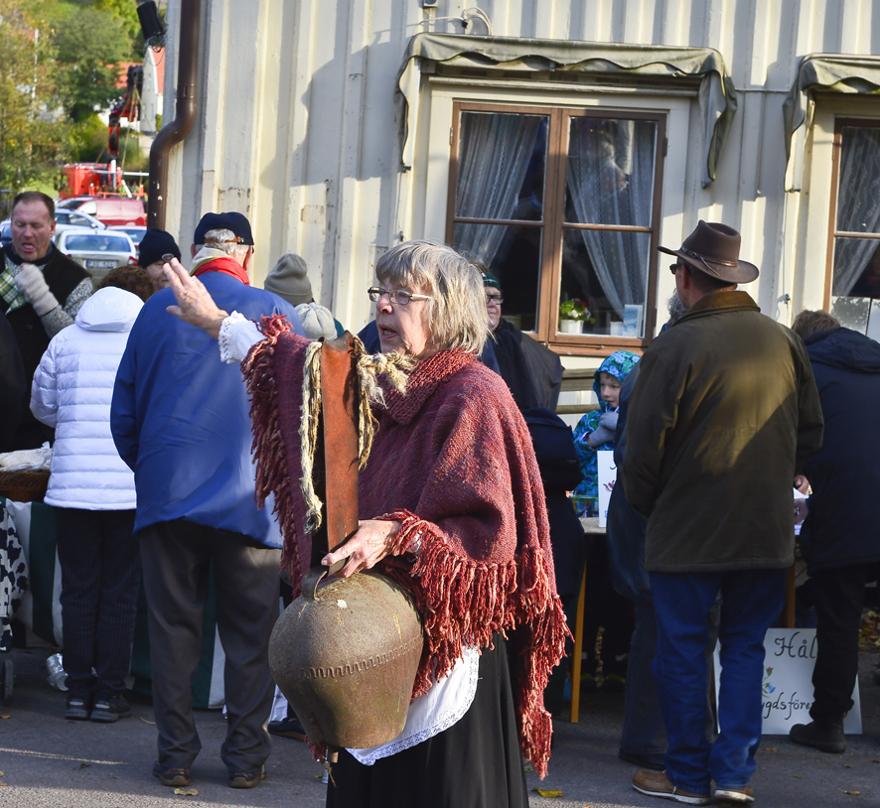 Föreningens ordförande öppnar marknaden klockan 10. Foto: Bo Ericsson