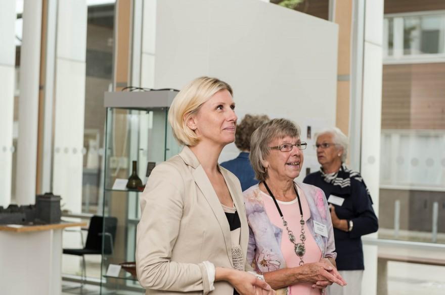 Elisabeth Mattsson och Verna Rydén beundrar den nya gobelängen
